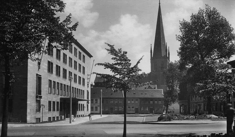 Blick vom Königswall auf die Petrikirche - links Dortberghaus 1940. Foto: Stadtarchiv Dortmund