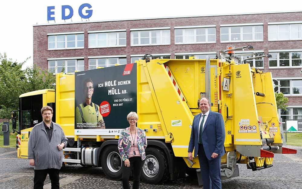 Vorstellung des Fahrzeugs: Michael Kötzing (ver.di), Jutta Reiter (DGB) und Bastian Prange (EDG).