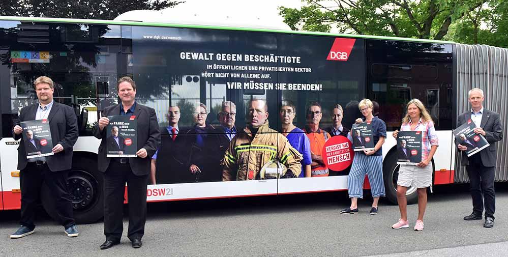 Eine Stadtbahn und ein Gelenkbus von DSW21 tragen ab sofort die Botschaft der DGB-Respektkampagne durch Dortmund – v.l.: Michael Kötzing (Geschäftsführer ver.di-Bezirk Westfalen), Harald Kraus (Arbeitsdirektor DSW21), Jutta Reiter (Vorsitzende DGB Dortmund), Andrea Reckermann (DSW21 Verkehrsmittelwerbung) und Dr. Heinz Pohlmann (DSW21 Leiter Betrieb & Marketing) – Foto: DSW21/Jörg Schimmel