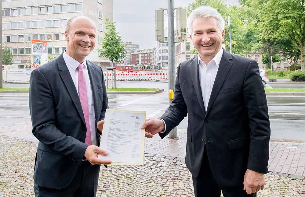 Prof. Dr. Andreas Pinkwart, Minister für Wirtschaft, Innovation, Digitalisierung und Energie des Landes Nordrhein-Westfalen, übergibt zwei Förderbescheide in Höhe von rund 6,5 Millionen Euro an den technischen Geschäftsführer der DEW21, Peter Flosbach.