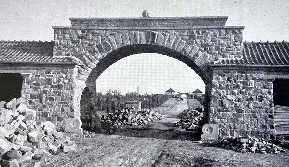 """Als """"strauchlos"""" wurde das Gelände des Hauptfriedhofs 1921 beschrieben. Fotos: Friedhofverwaltung"""