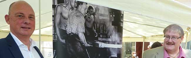 Unternehmens-Mitarbeiter stellten die Ausstellung zur Geschichte der Eisenverhüttung im Siegerland zusammen
