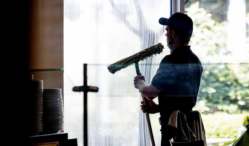 In der Gebäudereinigung sind Minijobs besonders stark verbreitet – und werden für die Betroffenen häufig zur Armutsfalle. Die IG BAU fordert, 450-Euro-Stellen sozialversicherungspflichtig zu machen.Foto: IG BAU