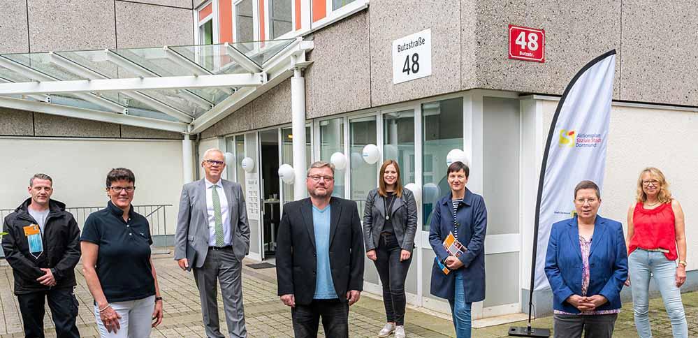 V.l.n.r.: vordere Reihe - Claudia Schroth (Aktionsraumbeauftragte), Jörg Gondermann (Seniorenbüro Mengede), Birgit Zoerner (Sozialdezernentin), hintere Reihe - Sebastian Hoff (Quartierskümmerer), Ralf Peterhülseweh (Vonovia), Vanessa Weber (Vonovia), Claudia Schauder (Jobcenter), Carola Geisler (Familienbüro).