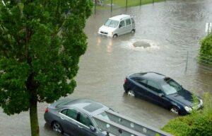 Das Wasser drückte den Gulli in der Kirchdörfer Straße hoch und flutete ein Gesundheitszentrum. Foto: Susanne Schulte