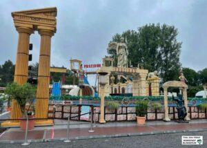 """Die Hauptattraktion ist die große Wildwasserbahn """"Poseidon"""", die vor Corona unter anderem auf dem Oktoberfest in München zu erleben war."""