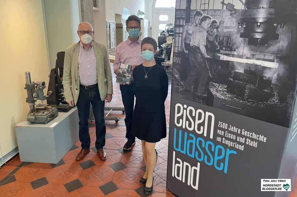 Karl Lauschke, Dr. Jens Stöcker und Isolde Parussel freuen sich über die neue Ausstellung auf dem Siegerland.Fotos: Alex Völkel