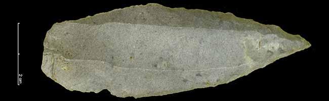 Ein spielender Junge findet eine 6.000 Jahre alte Spitzklinge aus der Jungsteinzeit, meldet den Fund und kann ihn behalten