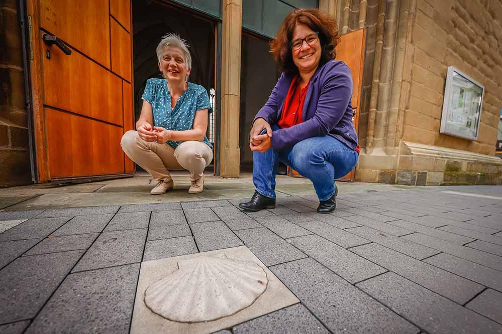 Pfarrerin Christel Schürmann und Dr. Johanna Lohff an der 'Pilgermuschel' vor dem Eingang von St. Petri. Foto: Stephan Schütze