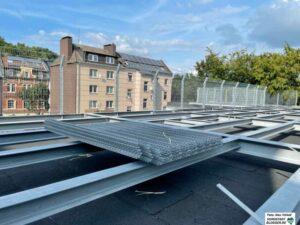 Rund 100 Tonnen Stahlträger und Zäune muss das Dach tragen, damit hier in Kürze ein Spielplatz entstehen kann.