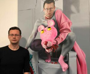 """Der Künstler René Schoemakers in der Ausstellung vor dem Gemälde """"Der böhse Paul"""" (2019/20."""