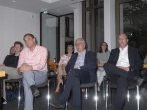 Mit versteinerter Miene verfolgen Michael Depenbrock und Klaus Wegener (von rechts) die Prognose.