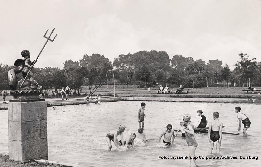 Spielende Kinder im Planschbecken des Hoesch-Parks (um 1950). Er war nicht nur für Mitarbeiter:innen und ihre Familien zugänglich und ermöglichte Naherholung und Raum für sportliche Aktivitäten.