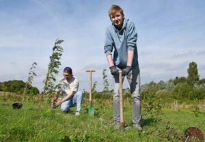 Die beiden Architektur-Erstsemester Roberto und Lorenz pflanzen zu Beginn ihres Studiums einen Baum im ErstTree-Wald der FH Dortmund.