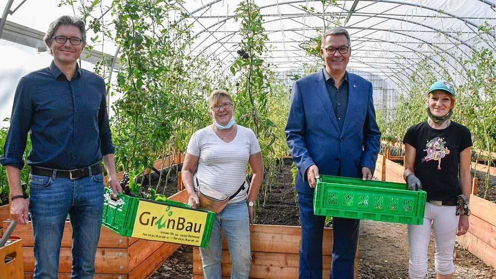 Von links: Volker Geißler (Betriebsleiter Dortmunder Tafel), Sabine Schemmann (Querbeet sozial), OB Thomas Westphal und Christina Kolipost (Querbeet sozial).