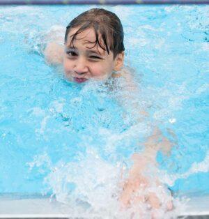 """Durch Corona fiel das Schulschwimmen aus. Durch die """"Extra-Zeit"""" in den Ferien können Kinder dennoch das Schwimmen erlernen."""