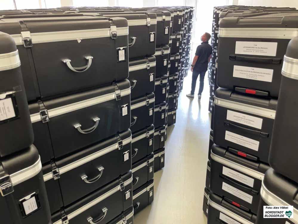 Die Materialkoffer für die 386 Wahlräume stehen am Königswall bereits bereit.
