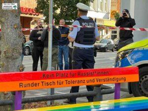 Verärgert beobachteten und kommentierten die Neonazis die Aufstellung der Bänke auf dem Wilhelmplatz.