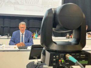 Eine Kamera hat die Sitzungsleitung im Blick. Die anderen sind auf die Redepulte gerichtet.
