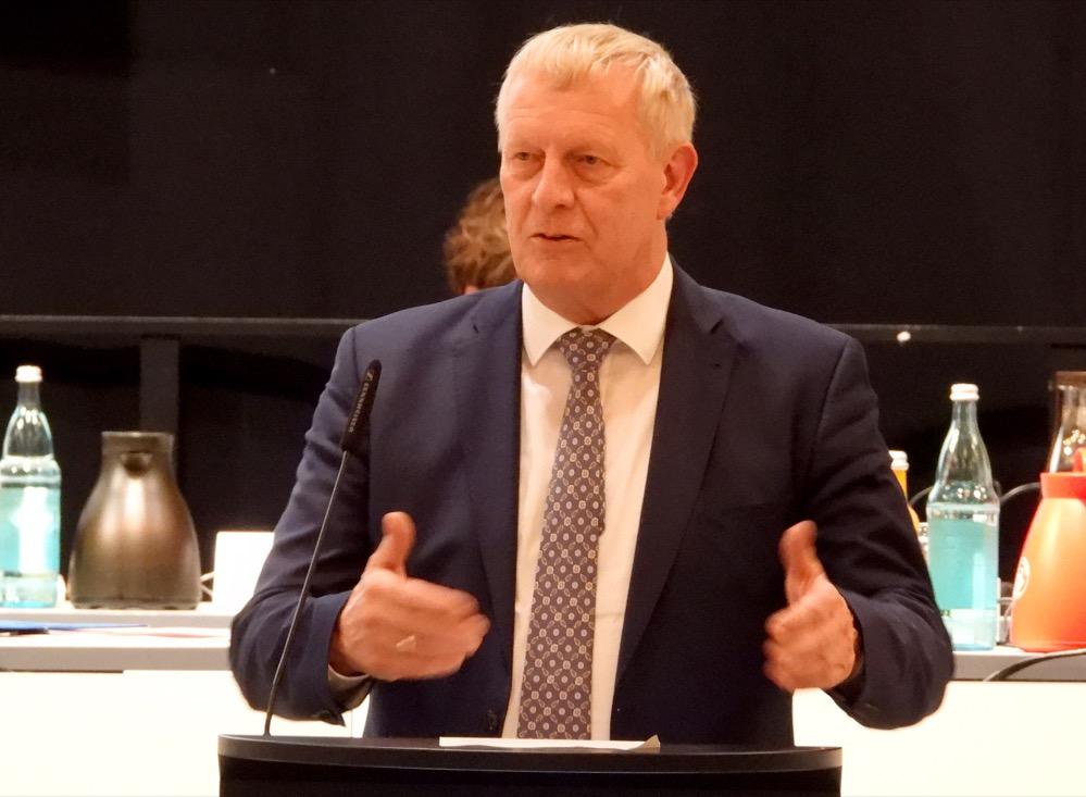 Stadtdirektor Jörg Stüdemann brachte in seiner Funktion als Kämmerer den Haushalt für 2022 in den Rat ein.