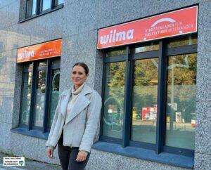 """Viviane Dörne.ist Mitarbeiterin des Projekts """"Quartiersdemokrat*innen"""", die die Aktivitäten im Stadtteilladen """"Wilma"""" organisiert."""
