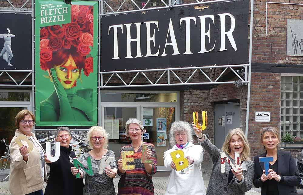 (v.li.): Christiane Köhne, Karin Hoicke und Yvonne Wilken von der Künstler-Initiative, Beate Schwedler (Forum Dunkelbunt e.V.), Susanne Weiß (Künstler-Initiative), Birgit Lindstedt (Forum Dunkelbunt e.V.) und Bettina Stöbe (Fletch Bizzel).