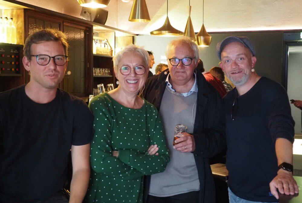 """Moritz Bergmann (li.) und Björn Jung (re.) nehmen Kabarettistin Lioba Albus und Künstler Günter Rückert """"in die Zange""""."""