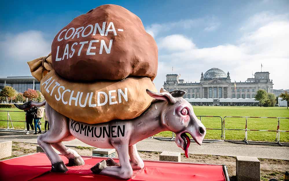 Mit dem satirischen Wagen, den der Künstler Jacques Tilly gestaltet hat, wird in der Hauptstadt auf das Thema Kommunalfinanzen aufmerksam gemacht.