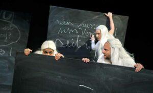 """Szene aus """"Mädchenschule"""" mit Valentina Schüler, Linus Ebner und Nika Mišković."""
