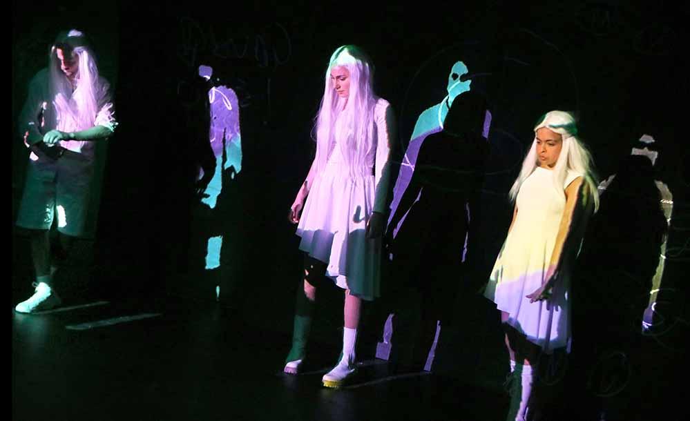 """Szene aus """"Mädchenschule"""" mit Linus Ebner, Nika Mišković und Valentina Schüler."""