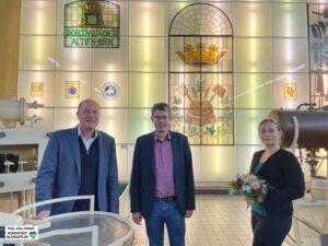 Gründungsleiter Dr. Heinrich Tappe (li.) übergibt die Museumsleitung an Corinna Schirmer. Blumen gab es von Stefan Mühlhofer, Geschäftsführender Direktor der Kulturbetriebe.