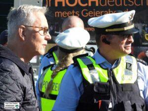 Polizeipräsident Gregor Lange (li.) verfolgte das Demogeschehen vor Ort.