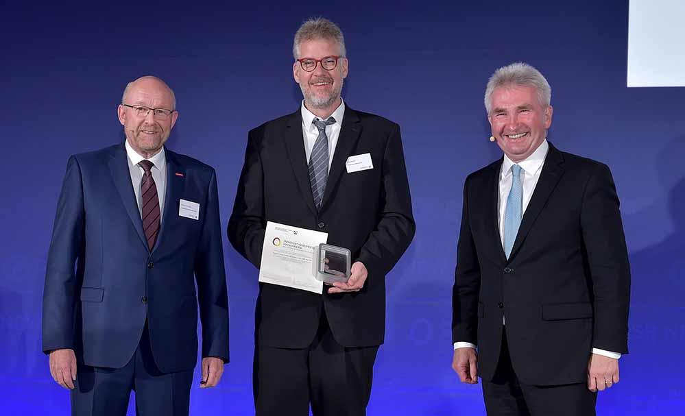 Nils Berndt nahm als Preisträger für das Sehzentrum Optik Schmitz Die Auszeichnung von Berthold Schröder (li.) und Andres Pinkwart (re.) entgegen.