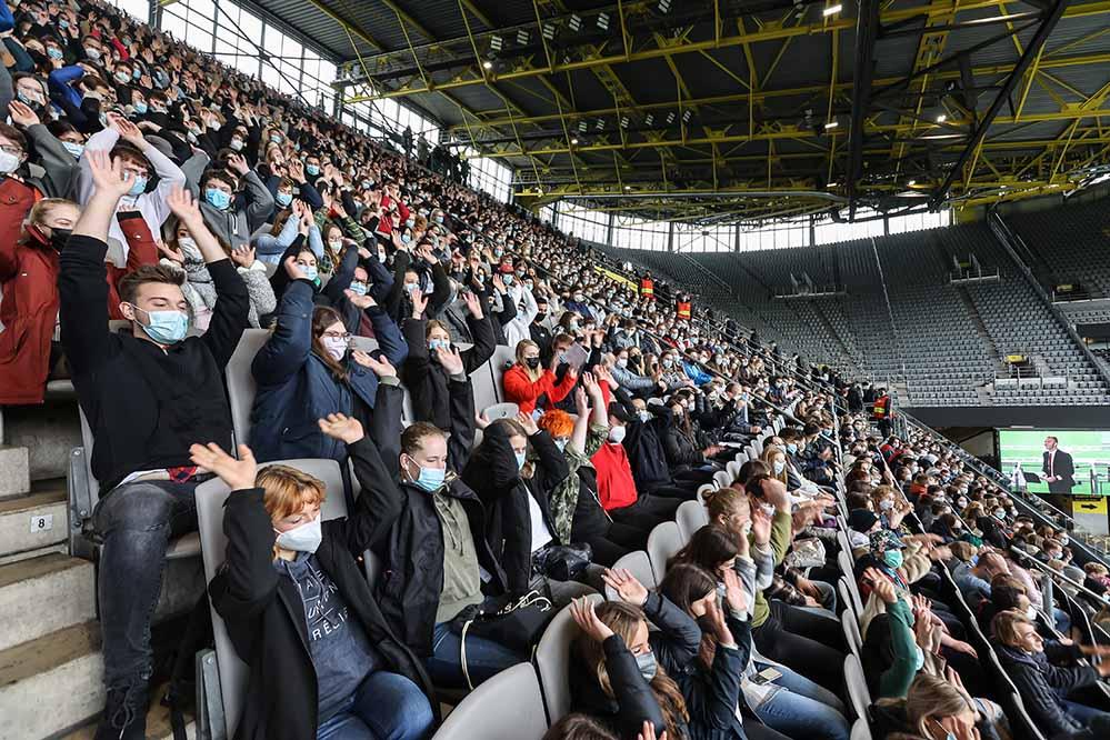 Ein Großteil der mehr als 4.600 neu eingeschriebenen Studierenden ist am 11. Oktober zur Erstsemesterbegrüßung ins Stadion gekommen.