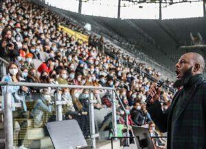 """Mandla Mndebele von der Dortmunder Oper sang """"You'll never walk alone""""."""