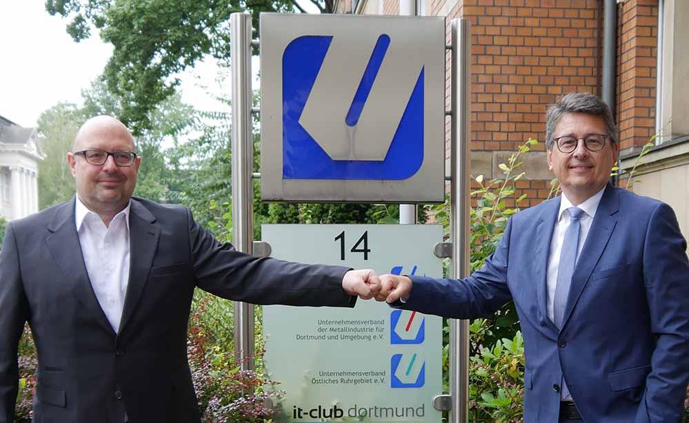 Peter Hansemann (li.), Vorstandsvorsitzender des IT-Clubs, rechts Arndt Dung, Vorstandsvorsitzender des Unternehmensverbandes östliches Ruhrgebiet.